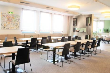 Ein Bild, das drinnen, Raum, Stuhl, Tisch enthält.  Automatisch generierte Beschreibung