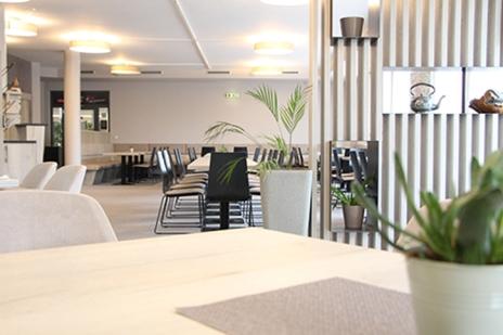 Ein Bild, das drinnen, Tisch, Fenster, Raum enthält.  Automatisch generierte Beschreibung